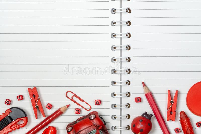 回到学校,背景概念 红色学校用品和玩具 库存图片