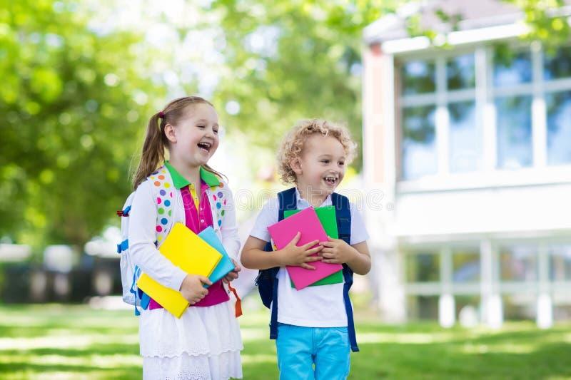 回到学校,年开始的孩子 免版税库存照片