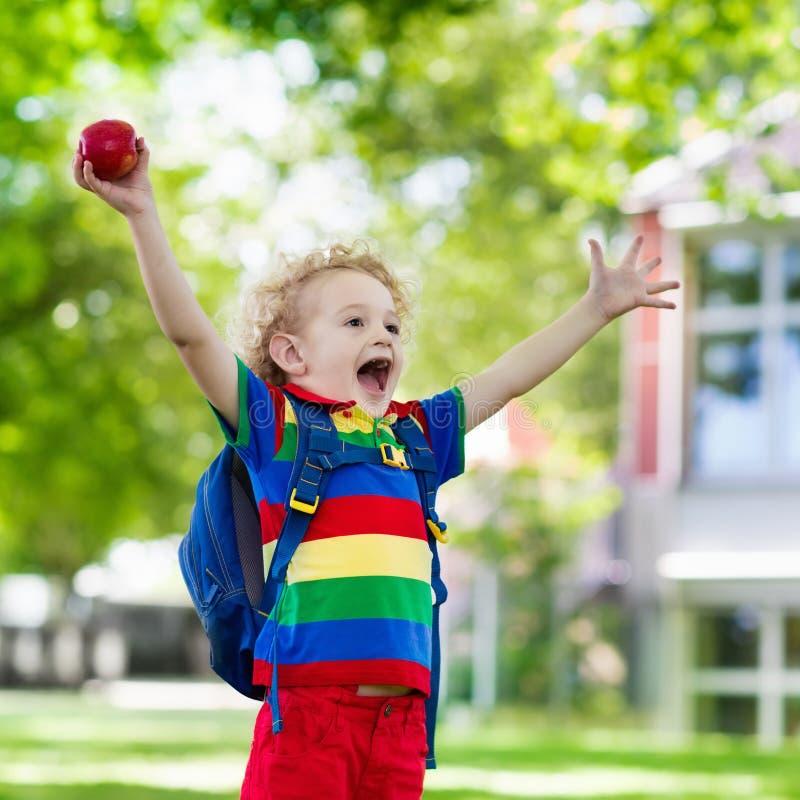 回到学校,年开始的孩子 图库摄影