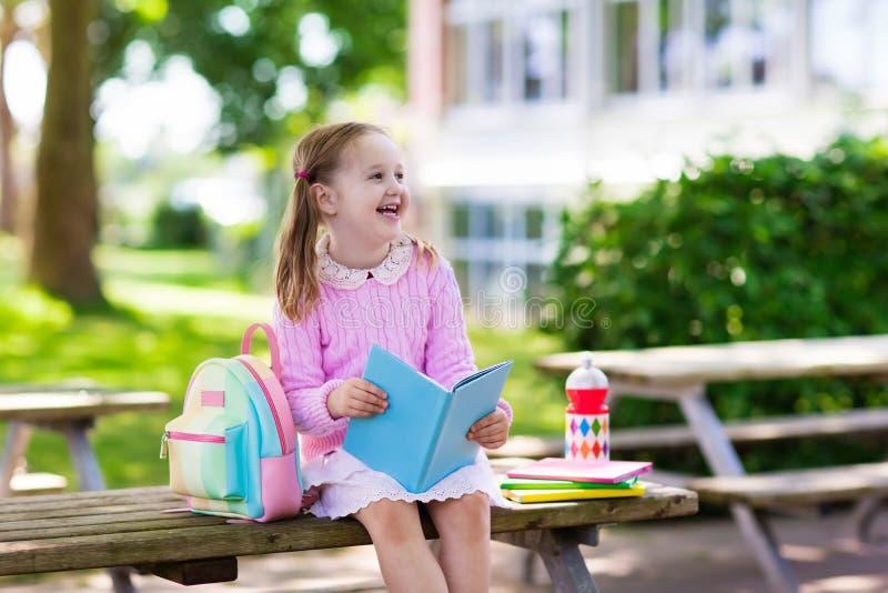 回到学校,年开始的孩子 免版税库存图片
