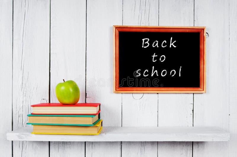 回到学校 书和苹果 库存照片