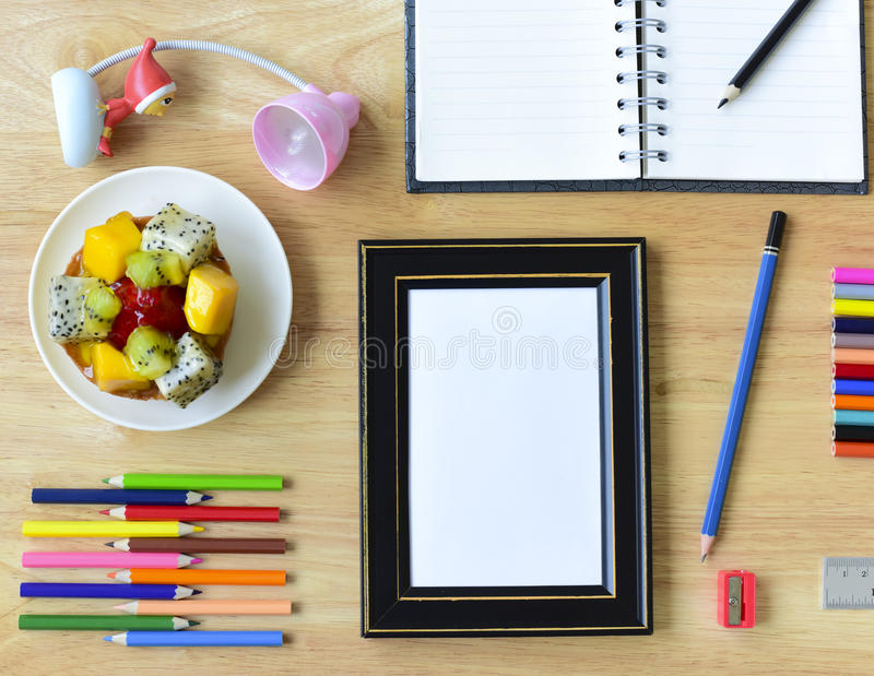 回到学校 五颜六色的办公室和研究艺术文具对象 免版税库存照片