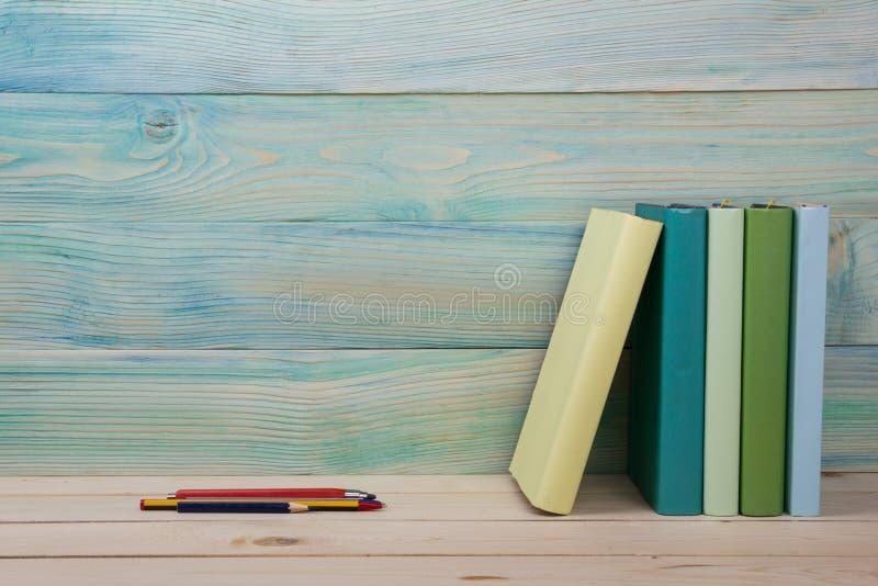 回到学校 堆在木桌上的五颜六色的书 复制空间 免版税库存照片