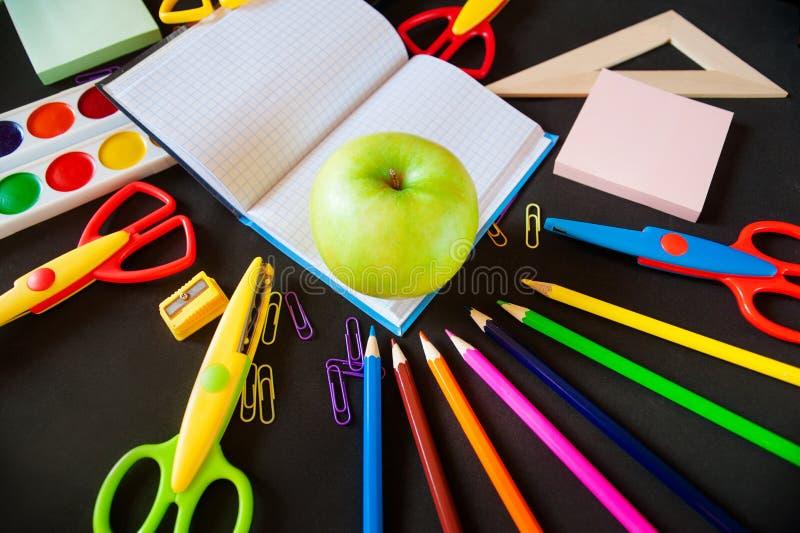 回到学校 笔记薄用苹果和供应 库存图片