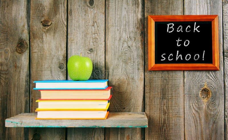 回到学校 苹果和书 免版税库存照片