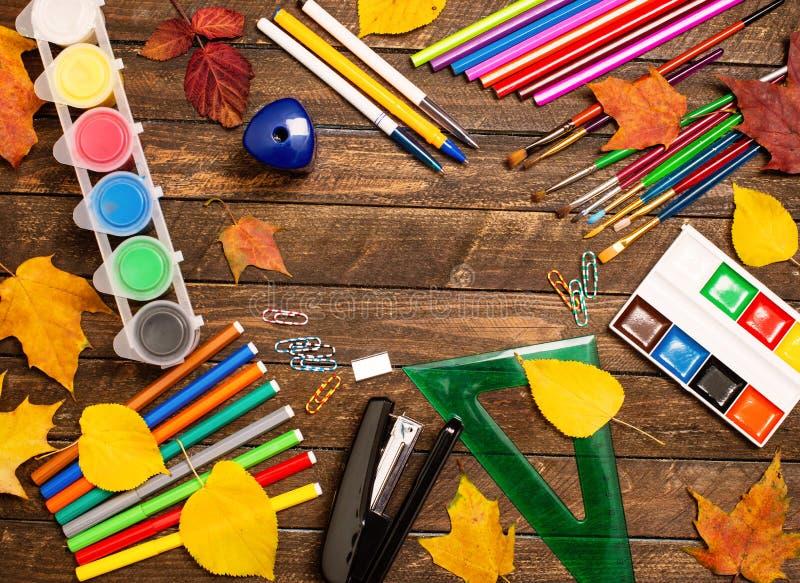 回到概念学校 学校用品和秋叶在鲁斯 免版税库存照片