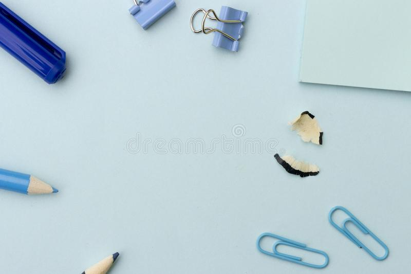 回到被称呼的学校或办公室概念,与蓝色学校用品的框架在蓝色背景 库存图片