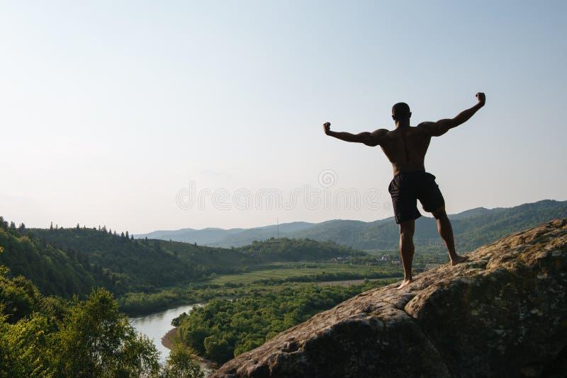 Download 回到视图 非裔美国人的运动人剪影有摆在岩石的赤裸躯干的 绿色山自然 库存照片 - 图片 包括有 讲师, 赤裸: 72366018