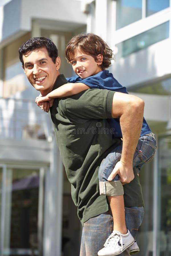 回到运载的父亲他的儿子 免版税库存图片