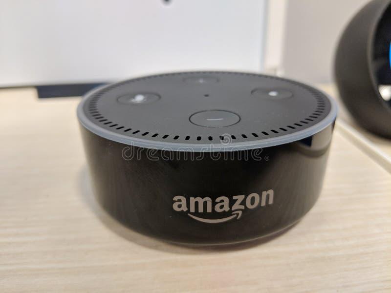 回声小点( 第2个Generation)-与Alexa -黑色的聪明的报告人 免版税库存照片