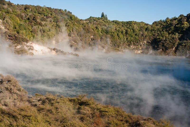 回声火山口和Frying Pan湖在罗托路亚 库存照片