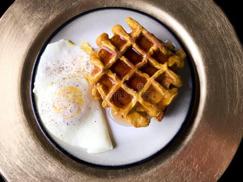 回家做的南瓜奶蛋烘饼和一个鸡蛋在容易 库存照片