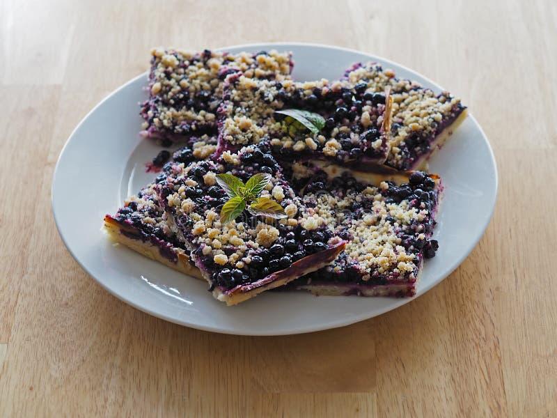 回家做蓝莓结块或饼在白色板材 免版税库存图片