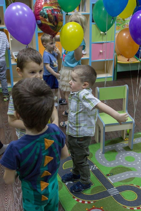 回家的孩子 孩子在学校 生日快乐在儿童庭院里 免版税库存照片