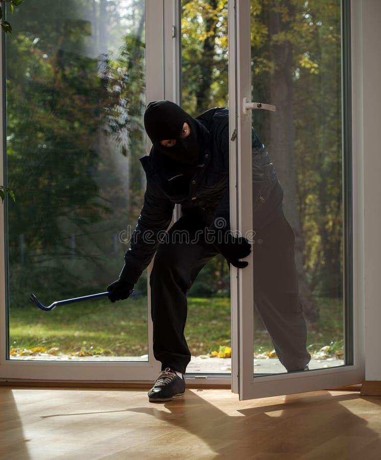 回家的抢劫在郊区 免版税图库摄影