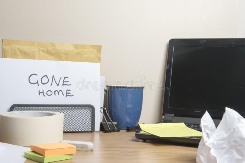回家的消息在杂乱办公桌离开 图库摄影