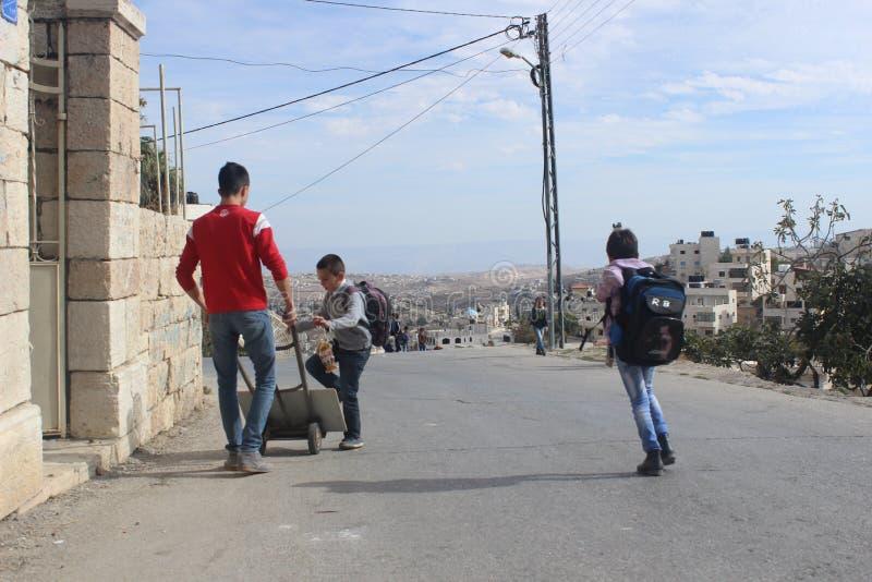 回家从学校的巴勒斯坦男孩 免版税库存照片