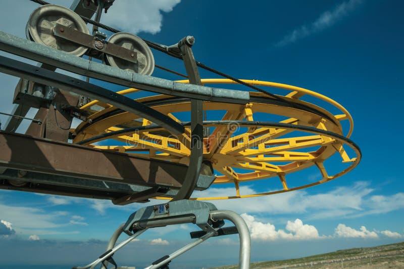 回归bullwheel的特写镜头在驾空滑车上部终端的  免版税图库摄影