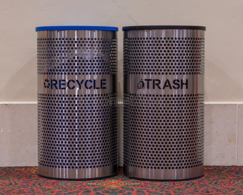 回收和垃圾桶 免版税库存图片
