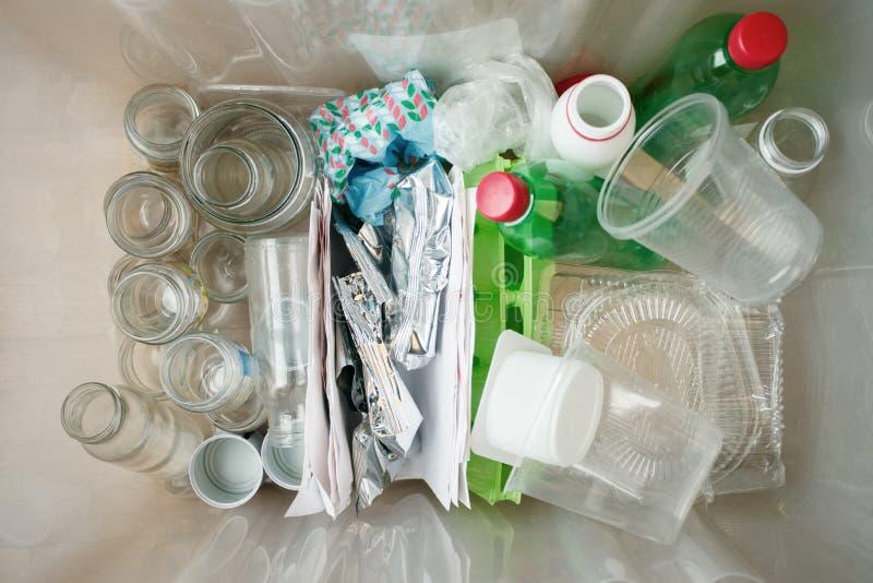 回收和生态 排序分离家庭废纸,玻璃,塑料到contaner里从上面夺取了,舱内甲板位置 免版税库存图片
