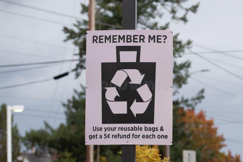 回收在金属杆的标志 免版税图库摄影