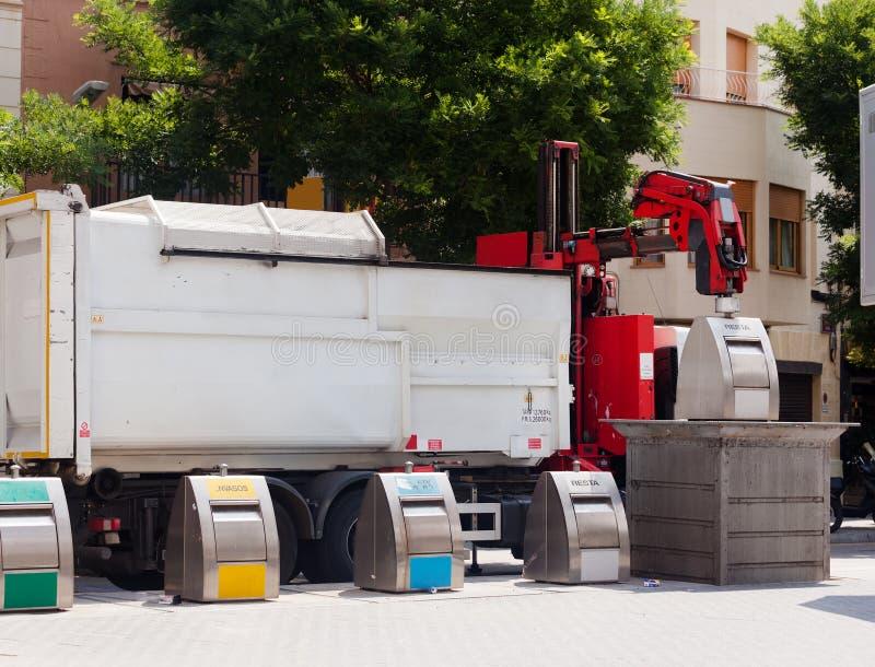 回收拾起容器的卡车在城市 免版税图库摄影
