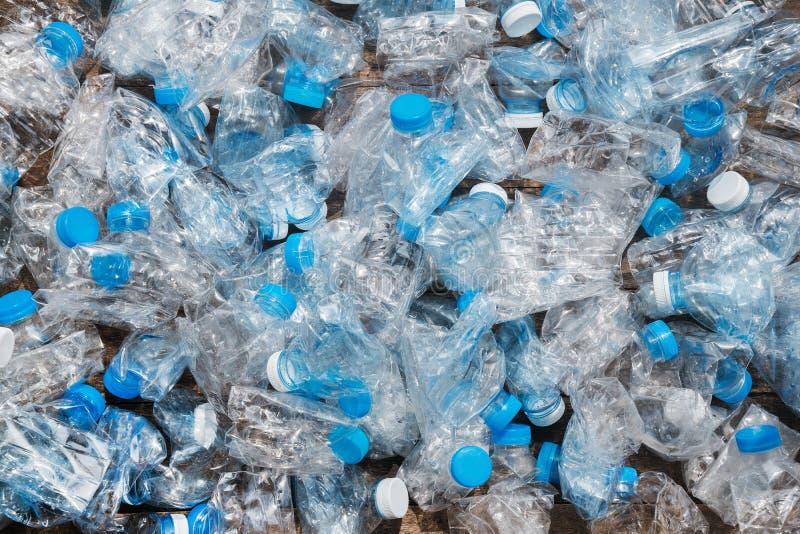 回收概念 生态,环境污染的问题 塑料瓶透明蓝色网背景  免版税库存图片