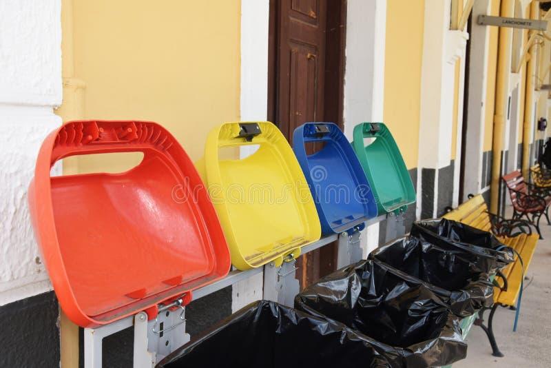 回收站 容器再造废物可利用在广场供当地居民使用 E 免版税库存照片
