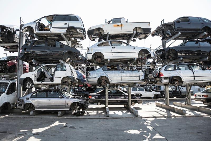 回收老,使用的,被击毁的汽车 折除在小块的部分的 库存照片