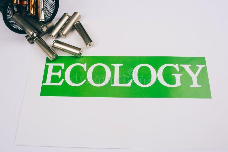 回收,再用,减少概念 回收电废物 与词生态的纸在白色的疏散电池附近 库存图片