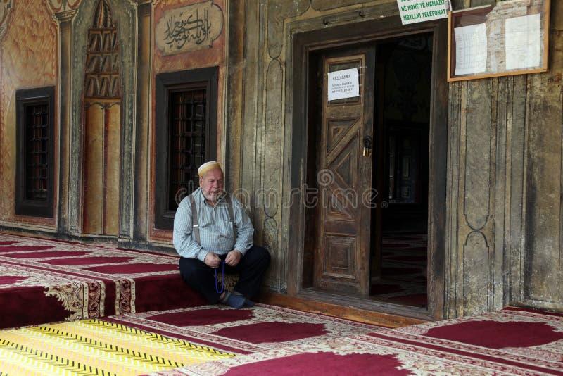 回教人就座在前面清真寺,泰托沃,马其顿 免版税库存照片