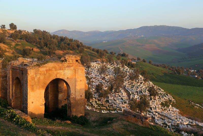 回教公墓的菲斯,摩洛哥视图从小山的,Merenides坟茔废墟被保存 库存照片