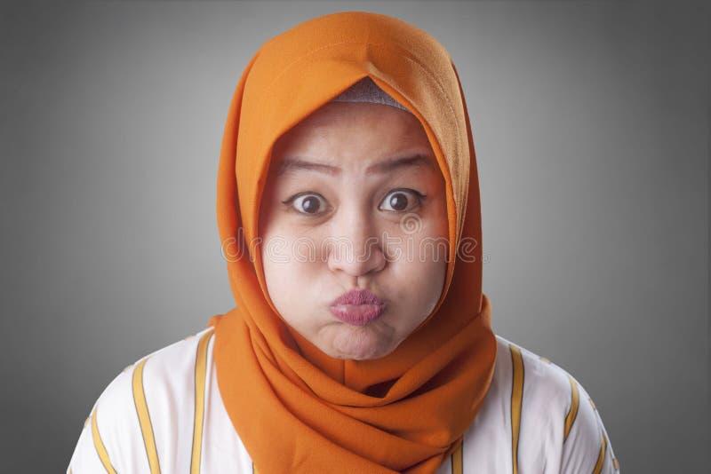 回教妇女吹的或喘气的面颊 免版税库存照片