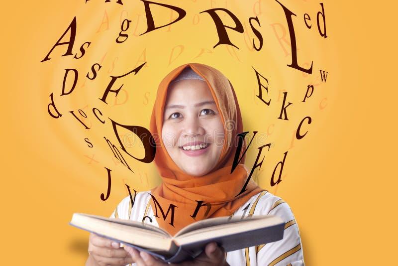 回教妇女和书 免版税库存照片