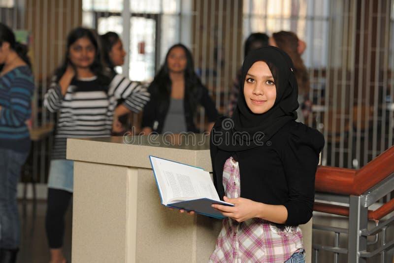 年轻回教学生 库存照片
