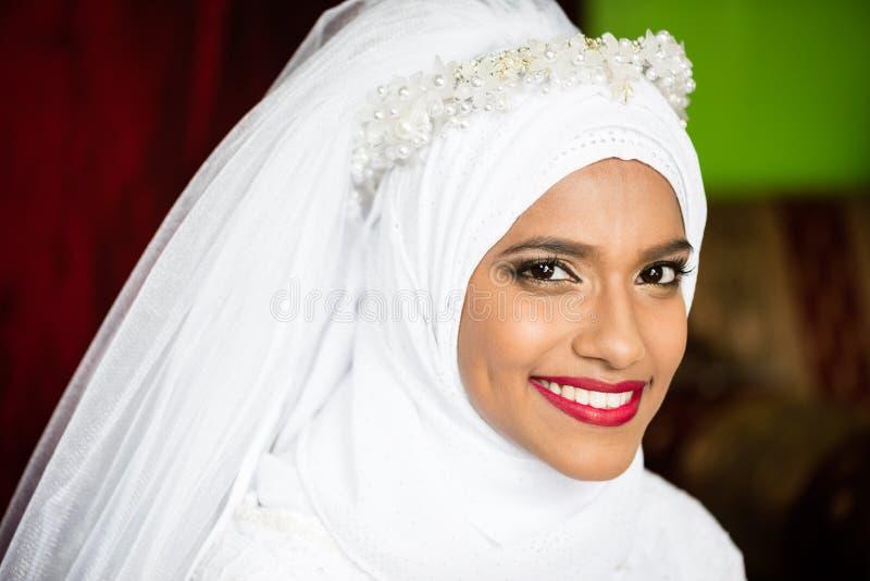 回教新娘年轻美好的秀丽白色婚礼礼服头巾画象微笑 免版税图库摄影