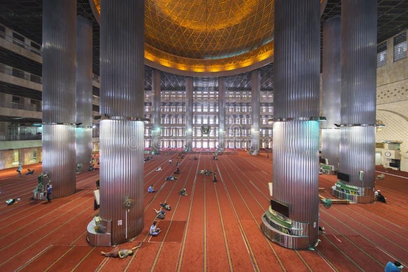回教旅游参观在Istiqlal清真寺 免版税库存图片