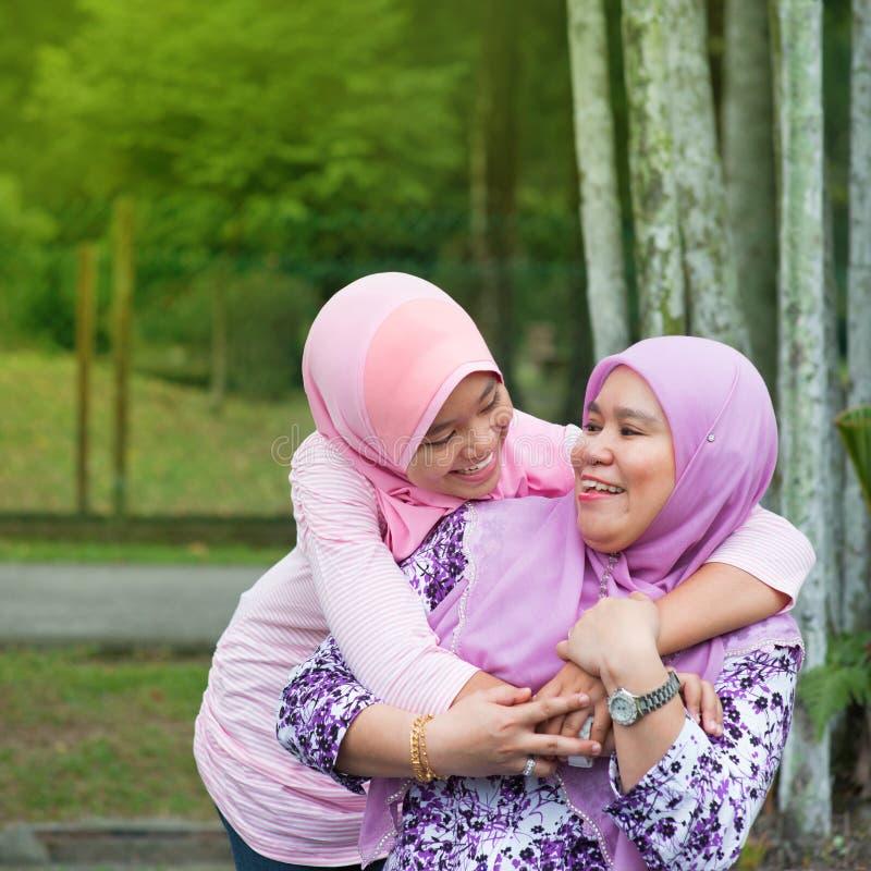 回教母亲和女儿 免版税库存照片