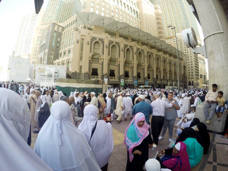 回教香客在Asr祷告以后填装了步行者 库存图片