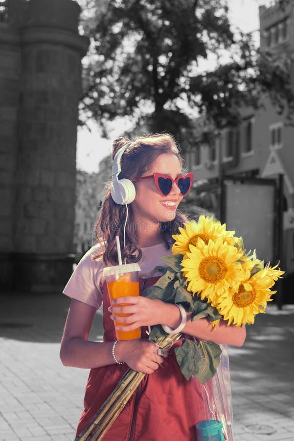 回来从日期的放光的美女用美味的向日葵 免版税库存图片