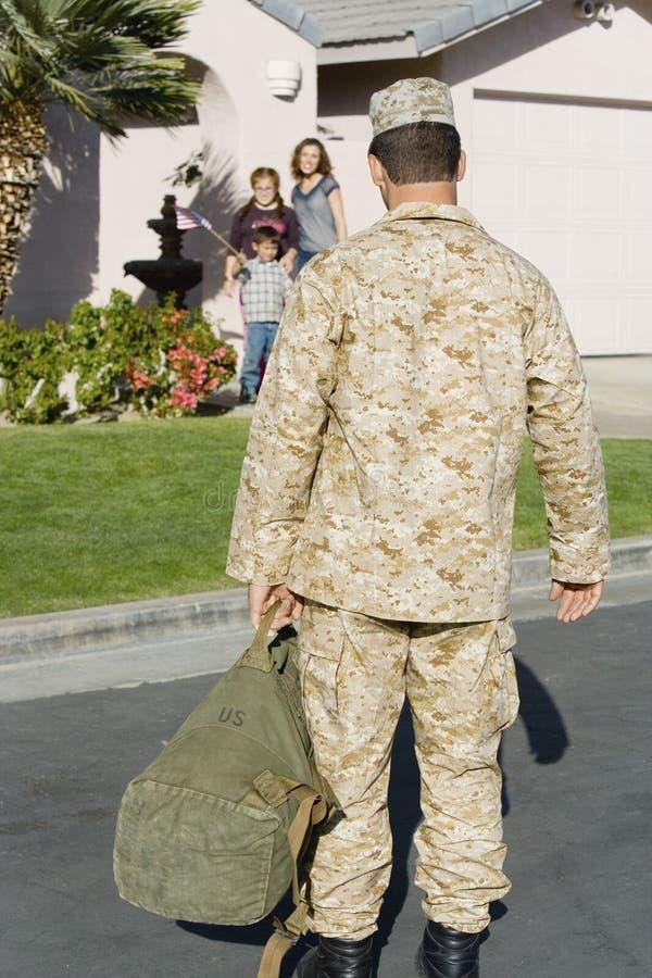 回来军队的战士在家 库存照片