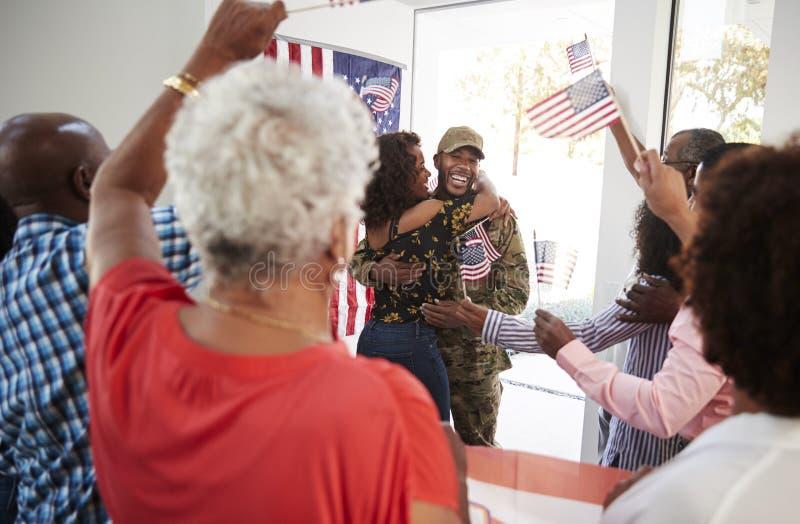 回来在家到惊奇家庭聚会,选择聚焦的年轻非裔美国人的士兵 库存照片