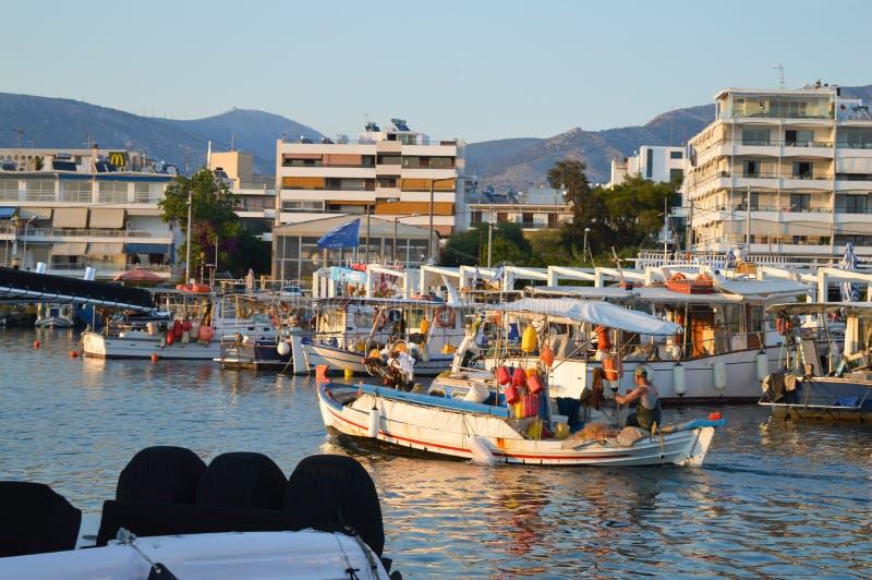 回来在格利法扎,雅典, 2017年6月14日的希腊的渔夫 免版税库存图片