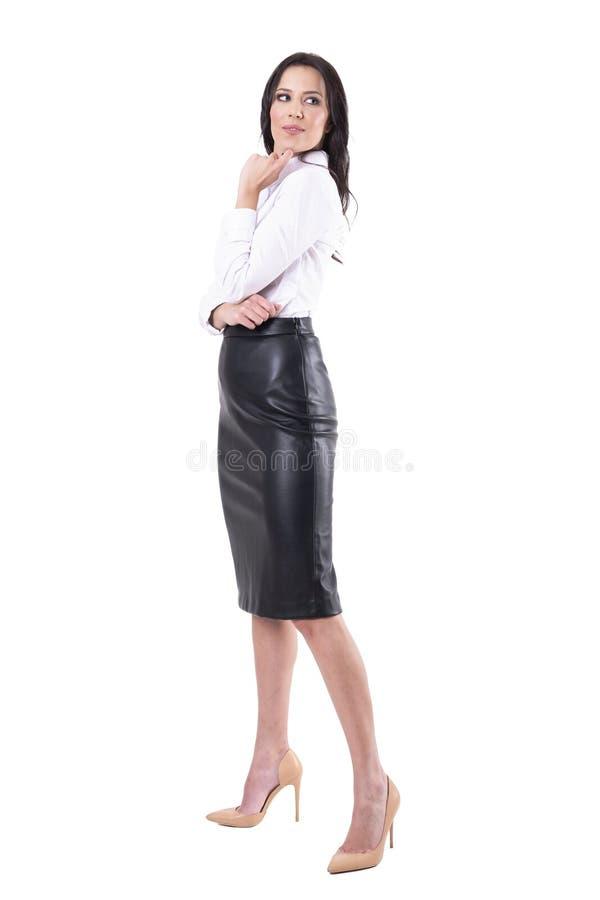 回顾在肩膀的正装的美丽的典雅的女商人 库存图片
