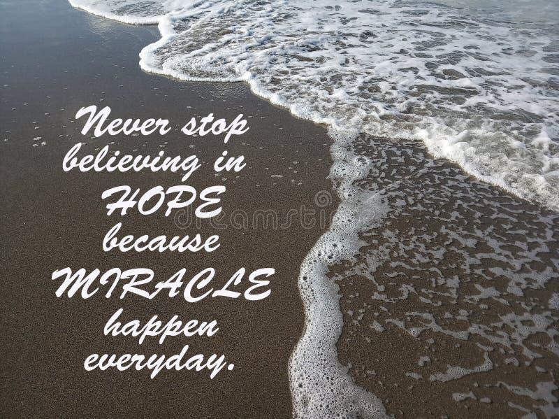 因为奇迹发生每天,激动人心的行情从未停止相信希望 波浪在黑沙子的流程模式 库存照片