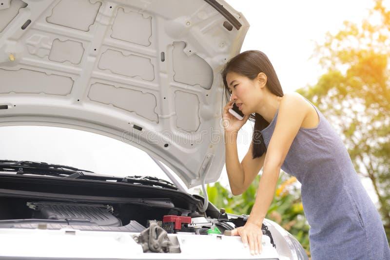 因为她的汽车是残破的,妇女告诉汽车修理师 免版税库存照片