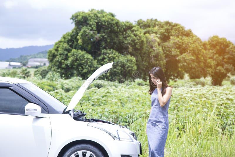 因为她的汽车是残破的,妇女告诉汽车修理师 库存照片
