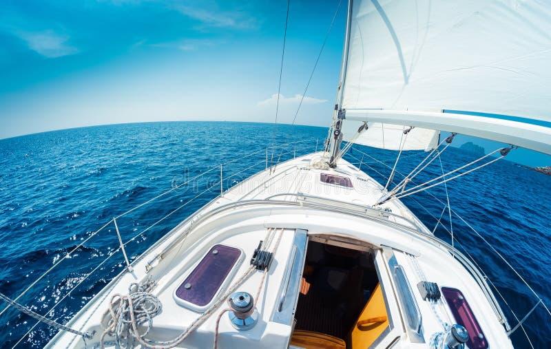 因为背景是蓝色的小船小船可能棍打浮动旅馆图象略写法海洋红色风船图片