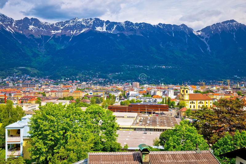 因斯布鲁克和Hafelekarspitze山全景鸟瞰图  库存照片
