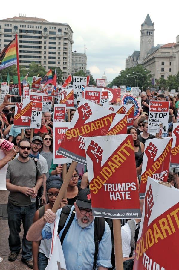 团结王牌恨标志淹没在华盛顿特区的抗议人群 免版税库存照片